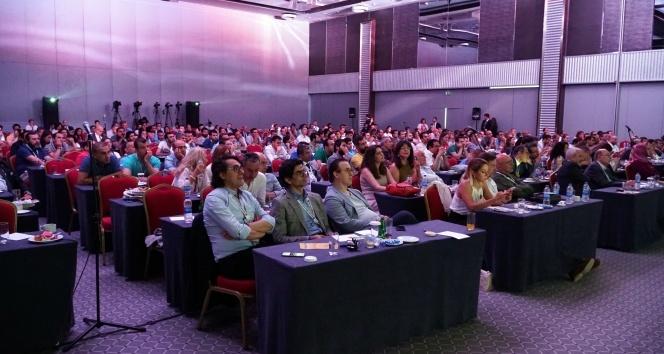 İstanbul'da canlı cerrahi ile doktorlara göz ameliyatları eğitimi verildi