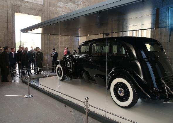 Cumhurbaşkanı Erdoğan, o otomobili inceledi