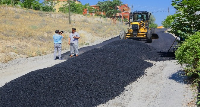 Yıldıztepe Mahallesinde sıcak asfalt çalışması devam ediyor