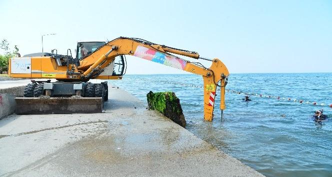 Beylikdüzü'nde denizden 400 ton kaya parçası ve demirli beton çıkarıldı