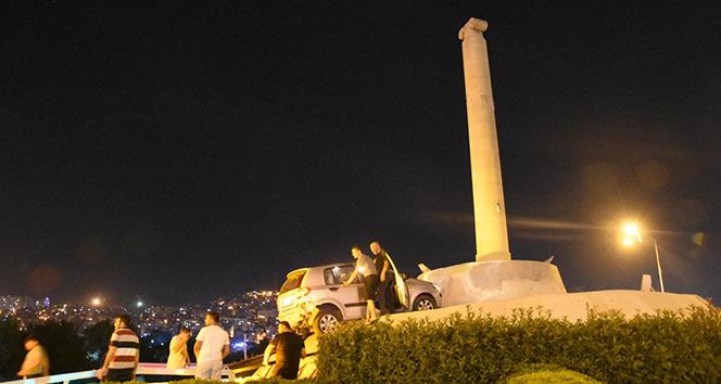 Kontrolden çıkan araç Smyrna Anıtı'nın tepesine çıktı