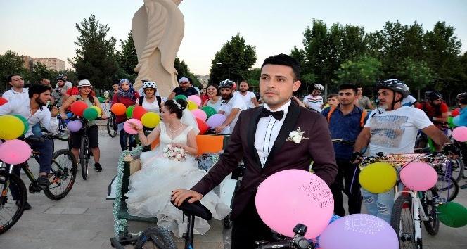 Turda tanıştılar, bisikletle düğün konvoyu yaptılar