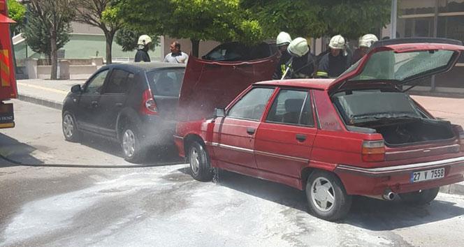 Gaziantepte park halindeki araç alev aldı