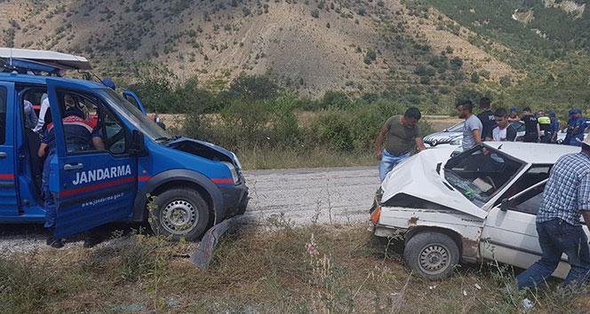 Tosyada askeri araç ile otomobil çarpıştı