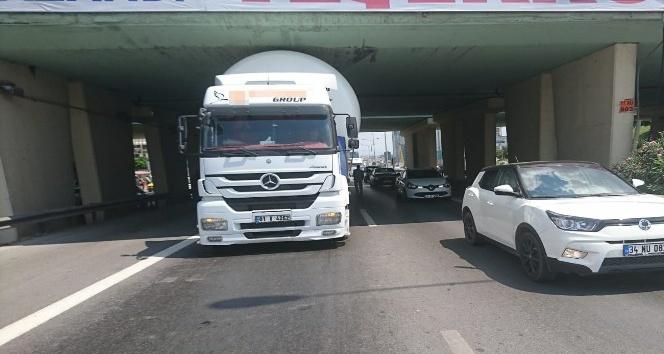 (Özel) Kartal'da LPG yüklü tır köprüye sıkıştı