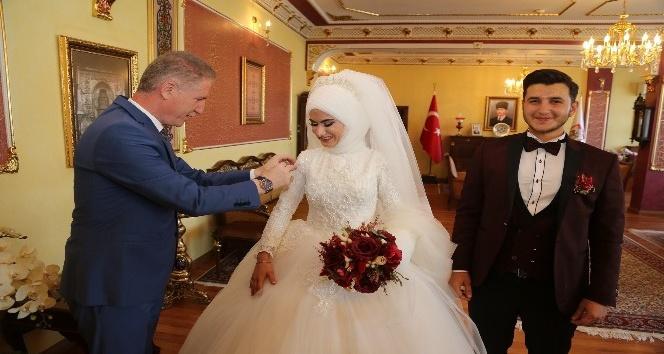 Valilik makamında düğün fotosu