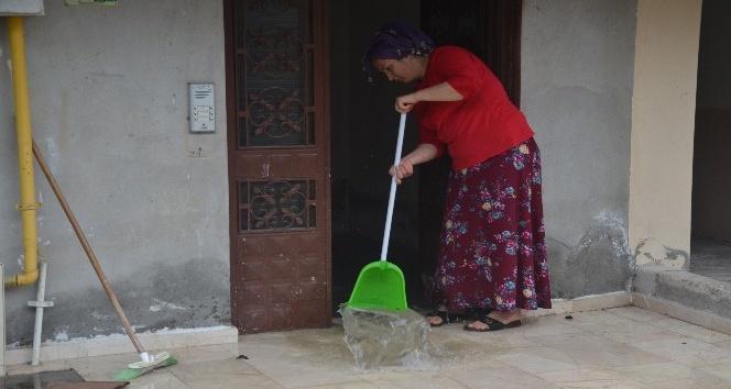Evini su basan kadın: