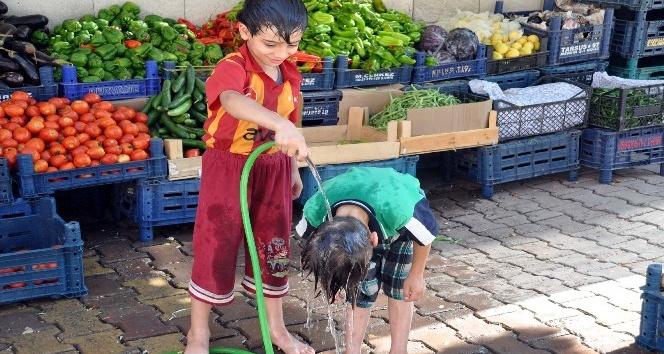 Çöl sıcaklarında çocuklar hortumla birbirlerini ıslatarak serinletti