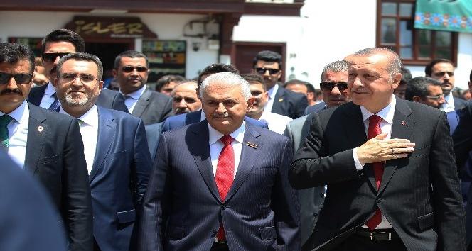 Cumhurbaşkanı Erdoğan cuma namazını bakanlarla beraber kıldı