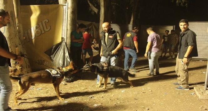 Ünlü sanatçıların sahne aldığı Kuşadası Gençlik Festivali'ne polis baskını