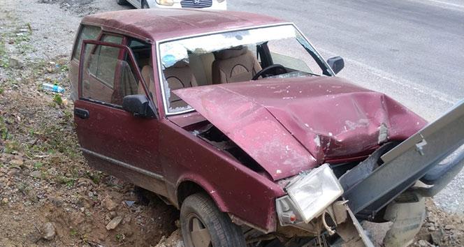 Otomobil yol kenarındaki tabelaya çarptı: 6 yaralı