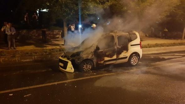 Seyir halindeki bir hafif ticari araç alev alev yandı