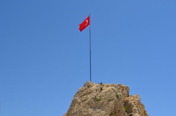 Görüntüler geldi! Türk bayrağı dikildi
