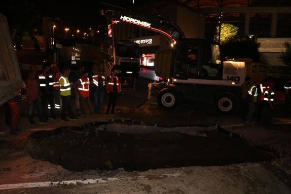 Dolmabahçe'de çöken yol onarılıp yeniden trafiğe açıldı