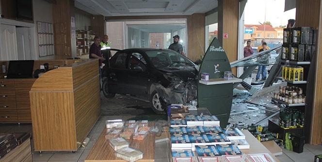 Otomobil dükkana girdi, müşteriler ölümden döndü