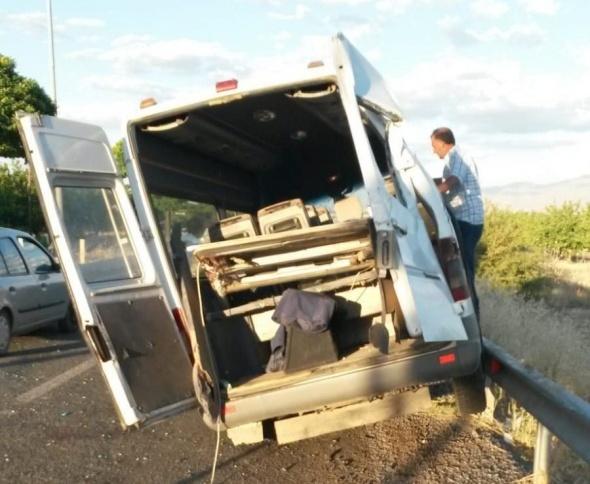 Minibüs bariyerlere çarptı! Çok sayıda yaralı var
