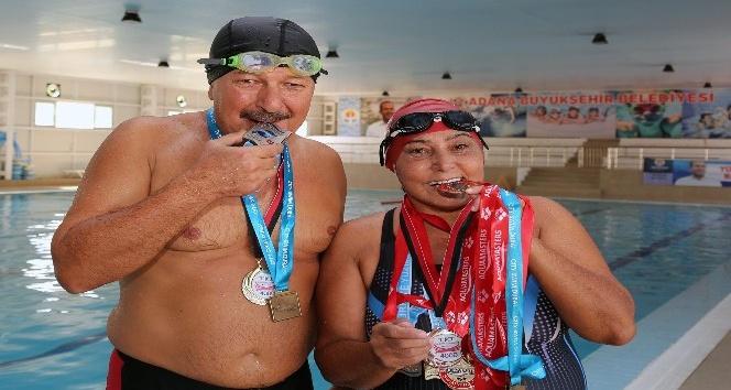 Yüzme sevdalısı çift, minik kulaçlara örnek oluyor