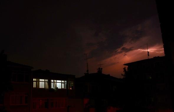 İstanbul'da şimşekler geceyi aydınlattı!