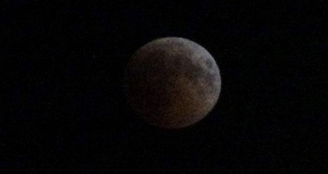 Ay kızıla büründü vatandaşlar telefonlarına sarıldı