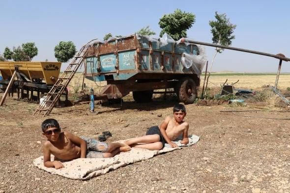 Çocukları sıcaktan bunalan baba römorku havuza çevirdi