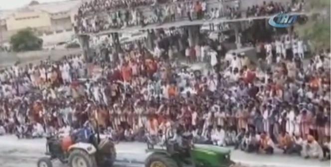 Hindistan'da tribün çöktü: 5'i ağır 17 yaralı