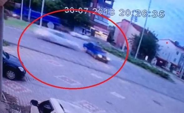 Otomobilin çarptığı araç ikiye bölündü! Ölü ve yaralılar var
