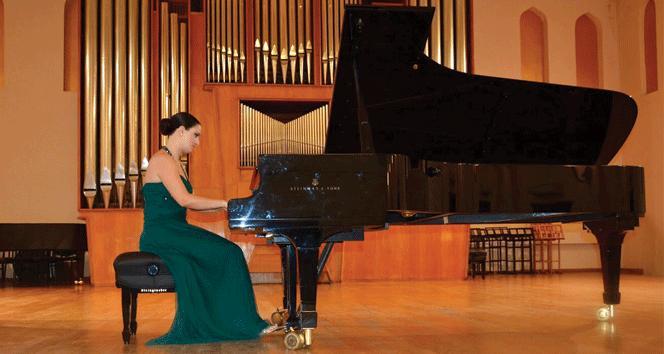 Kıbrıslı Türk piyanist Gözdem İlkay Bakü'de resital verdi