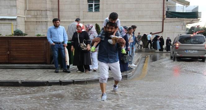 Erzurumlular yağmuru eğlenceye dönüştürdü