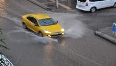Karsta sağanak yağmur caddeleri sular altında bıraktı