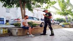 Trafik polislerinden önce yardım sonra işlem