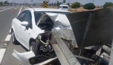 Otomobil demir bariyere saplandı: 5 yaralı