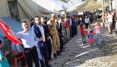 Sınırda Türk bayraklı düğün