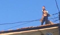 Ev sahibine kızan kiracı çatıdaki kiremitleri aşağı fırlattı