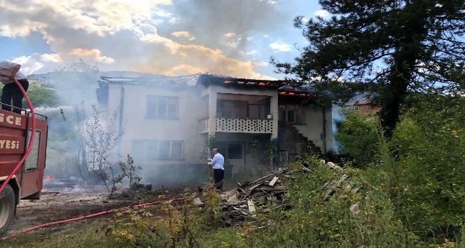 Yangında iki katlı ev kullanılmaz hale geldi