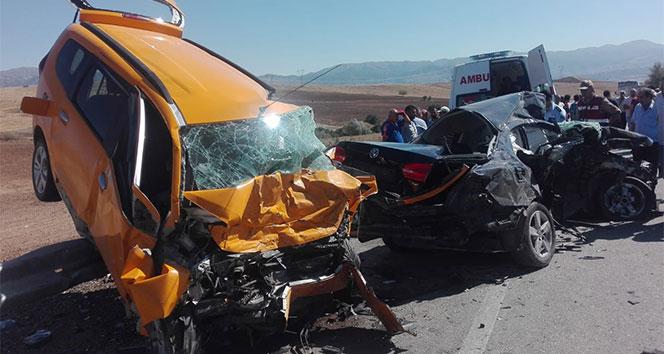 Otomobil ile ticari taksi çarpıştı: 3 ölü