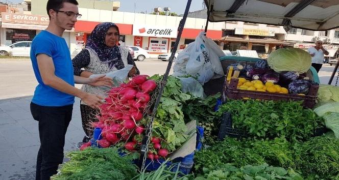 (Özel) Seyyar satıcılık yapan kadın hem hasta kocasına bakıyor hem de 3 çocuğunu okutuyor