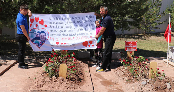 Bebeğiyle şehit olan eşinin doğum gününü mezarı başında kutladı