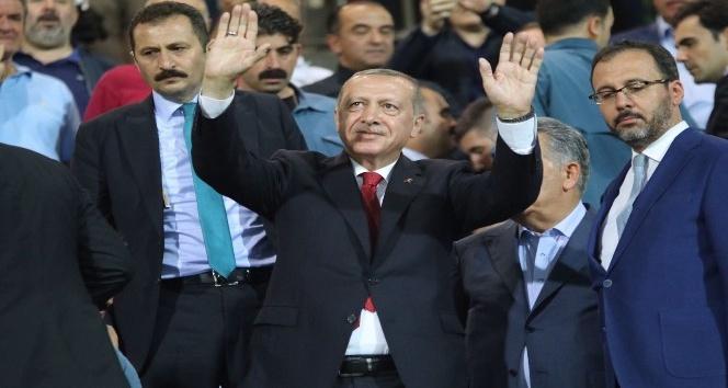 Cumhurbaşkanı Erdoğan, Çaykur Rizespor-Kasımpaşa maçını izlemek için ÇAYKUR Didi Stadyumuna geldi