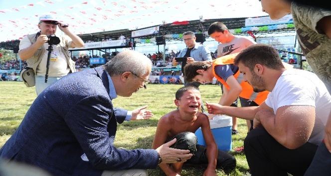 Yenilip ağlayan güreşçiyi belediye başkanı sakinleştirdi