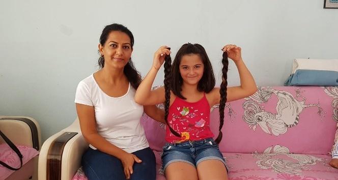 12 yaşında ki Azra, kanser hastaları için saçını kestirip bağışladı