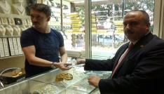 Cumhurbaşkanı Erdoğanın çağrısı üzerine dolar ve altınlarını bozdurdu