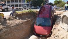 El frenini çekmeyi unutan şoför, aracını 2 metrelik çukurda buldu