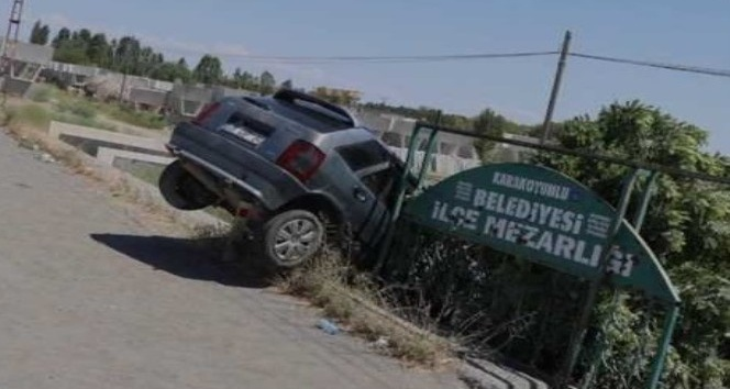 Otomobil mezarlığa uçtu: 1 yaralı