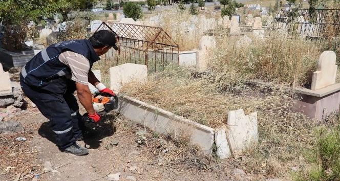 Siirtte mezarlıklar bayrama hazır