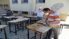 Fedakar okul idarecileri eski sıraların bakım ve onarımını yapıyor
