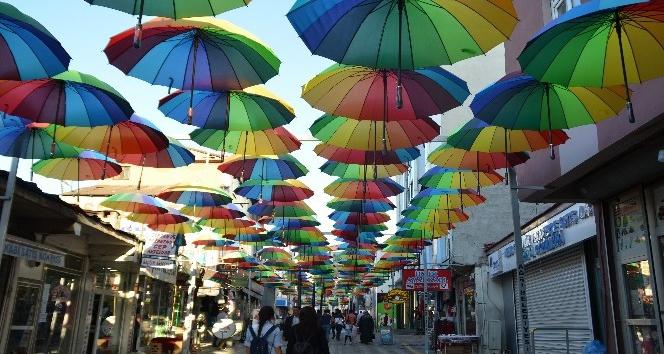 Ağrıda caddeleri şemsiyeler süslüyor