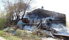 Çanda çıkan yangında ev ile 80 ton saman balyası yandı