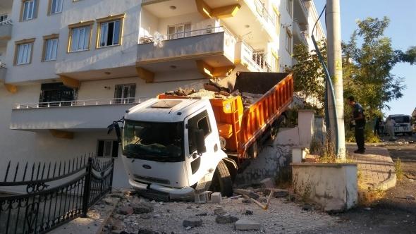 Her şey bir anda oldu: Freni patlayan kamyon...