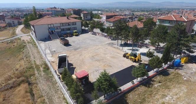 Belediyeden okul bahçesine asfalt
