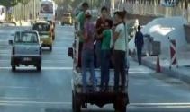 İşçilerin kamyonetin kasasında tehlikeli yolculuğu